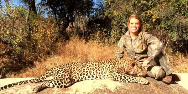 Kendall Jones: a cheerleader que há 10 anos mata leões e rinocerontes